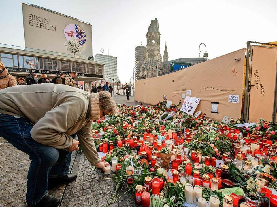 Unweit des Tatorts am Breitscheidplatz...en niedergelegt und Kerzen angezündet.  | Foto: AFP