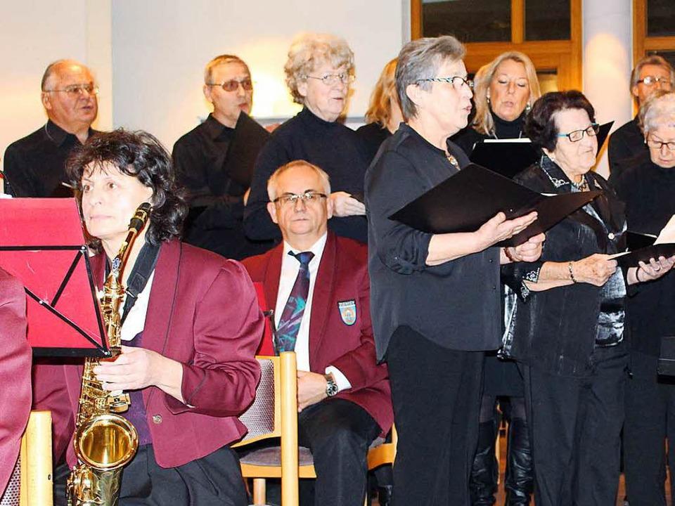 Stimmungsvolles  Adventskonzert  in de...n  und  der  Chorgemeinschaft  Zienken  | Foto: Ingeborg Grziwa