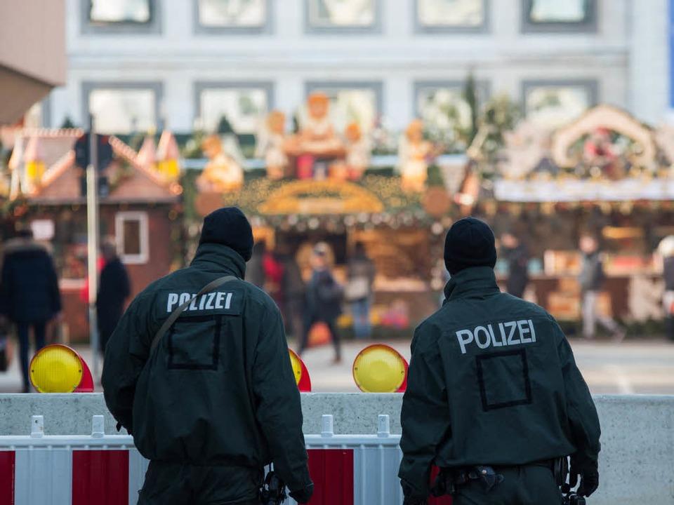 Medienberichten zufolge fahndet die Po...Tatort habe man eine Duldung gefunden.  | Foto: dpa