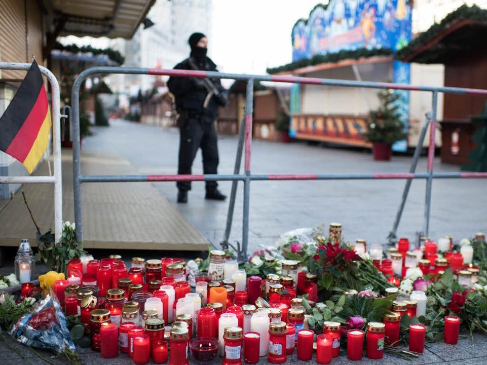 Bewaffneter Polizist vor dem Weihnachtsmarkt am Breitscheidplatz  | Foto: dpa