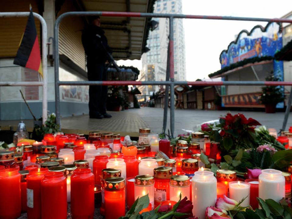 Kerzen vor der Absperrung des Weihnachtsmarktes  | Foto: dpa