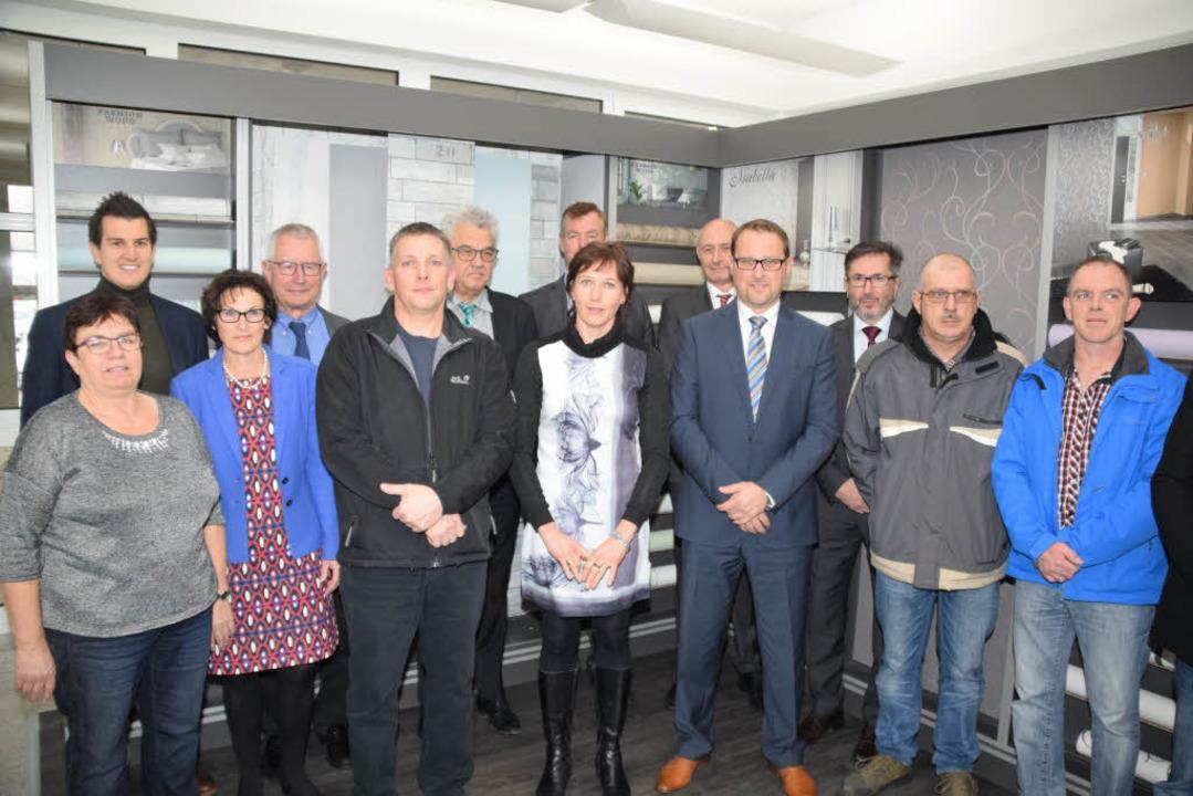 Geschäftsführer der Firma Erismann,  M...n links) mitlangjährigen Mitarbeitern.  | Foto: Hans-Jochen Voigt