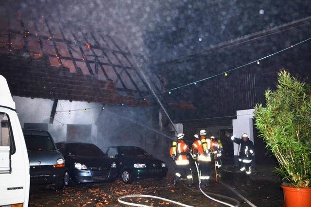 Scheune und drei Autos ausgebrannt
