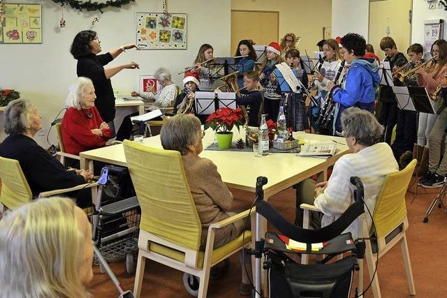Schüler erfreuen Senioren mit Musik