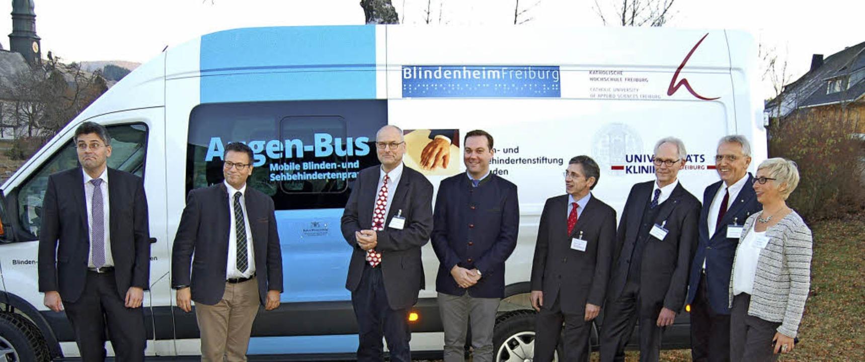 Minister Hauk (2. von links) überreich...er im Januar auch nach Schönau kommt.   | Foto: Claudia Renk
