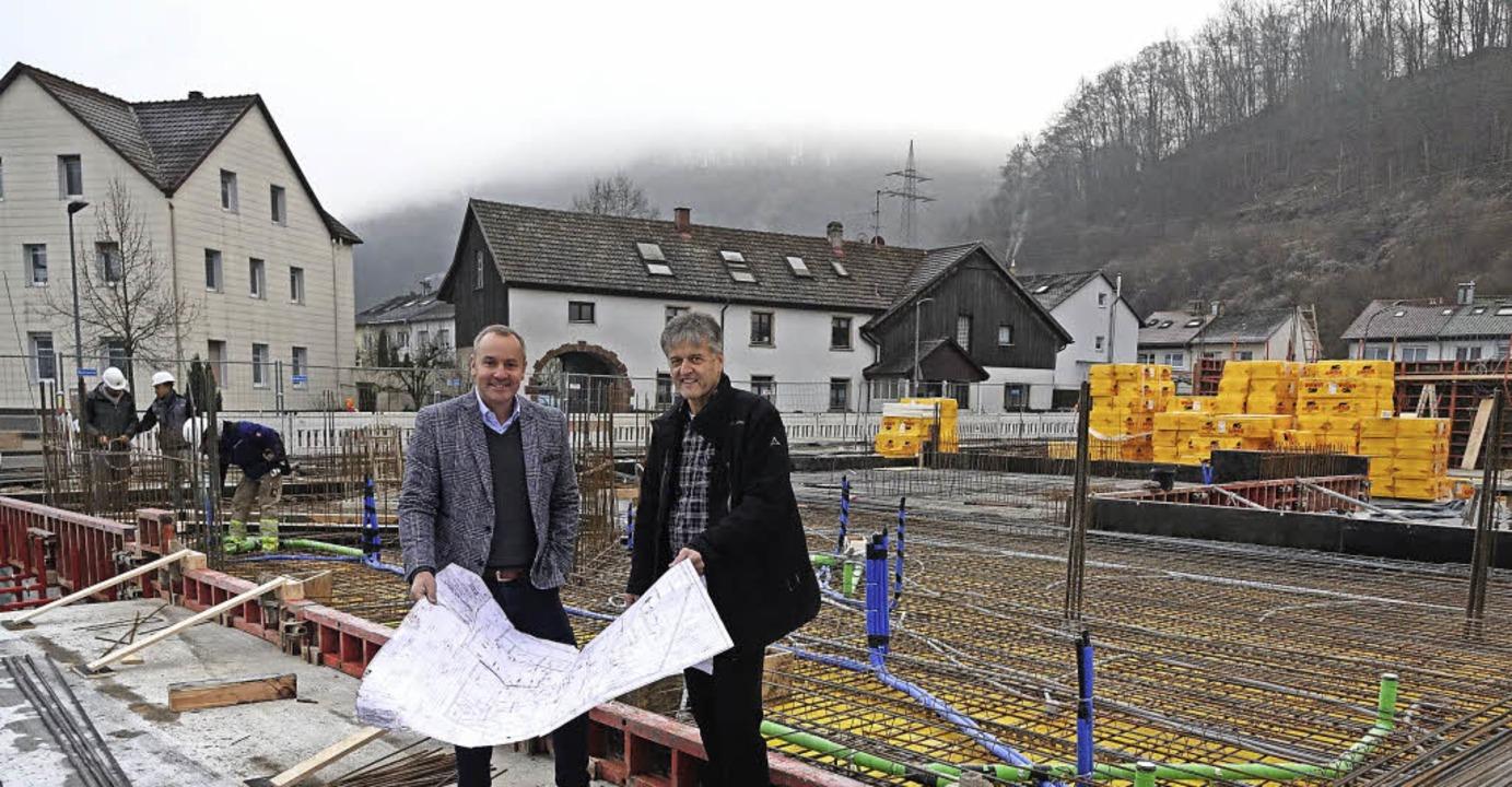 Patrick Scheuermann (links) und Bürger...r Friedrichstraße  bezugsfertig sein.     Foto: Hege