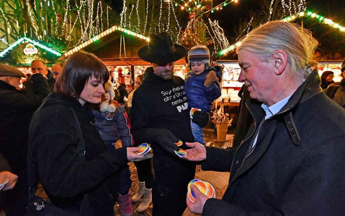 Grünen-Stadtrat Gerhard Frey im Gespräch mit Besuchern des Weihnachtsmarkts.  | Foto: Michael Bamberger