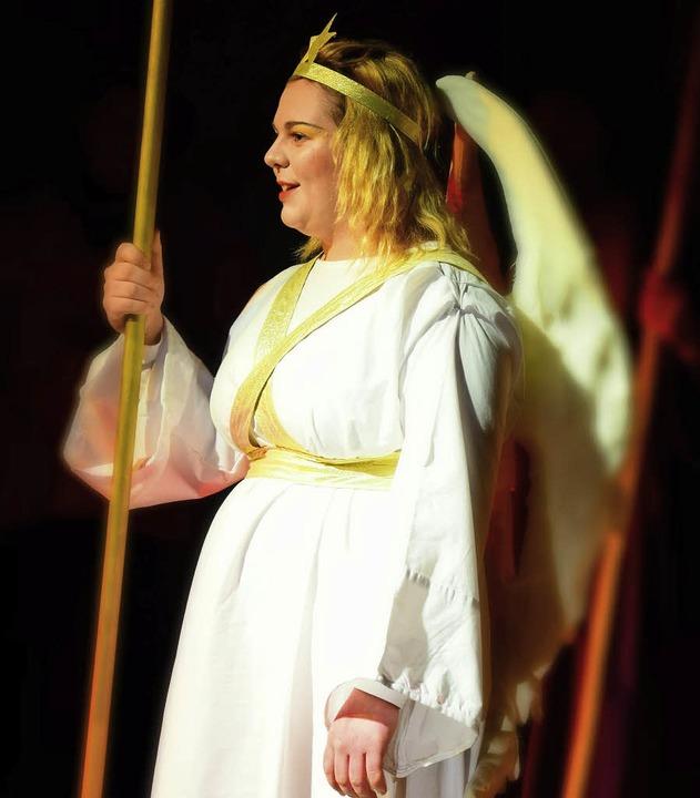 Schülerin Laura hat sich in einen strahlenden Engel verwandelt.  | Foto: Volker Rothfuß