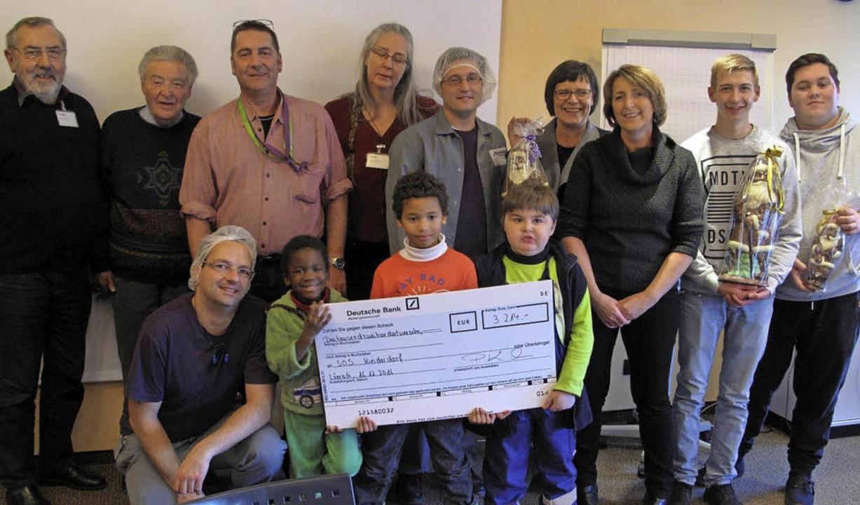 <BZ-FotoAnlauf>Mondelez:</BZ-FotoAnlau...tarbeiter spenden fürs SOS-Kinderdorf.    Foto: privat
