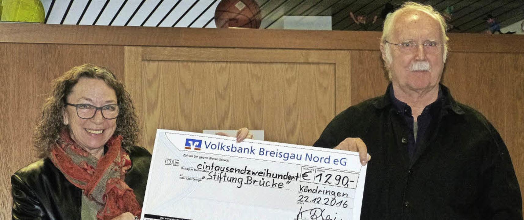 Spende Schule KöndringenKarin Rhein ko...eine Spende von 1290 Euro überreichen.  | Foto: Aribert Rüssel