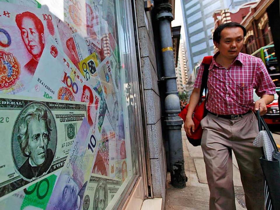 Die chinesische Währung Renminbi und d...llar sind eng miteinander verflochten.    Foto: dpa