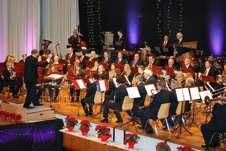 Ein großes Orchester, ein großes Konze...tmusik auf der Bühne der Boehle-Halle.    Foto: Sylvia-Karina Jahn