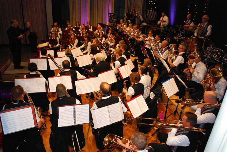 Einsätze auf den Punkt genau: Dirigent Stephan Rinklin mit seinem Team    Foto: Sylvia-Karina Jahn