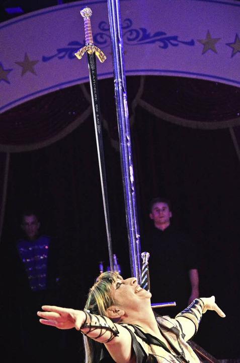 Maria Bizzarro balanciert Säbel bei de... Lörracher Weihnachtscircus im Grütt.   | Foto: Barbara Ruda