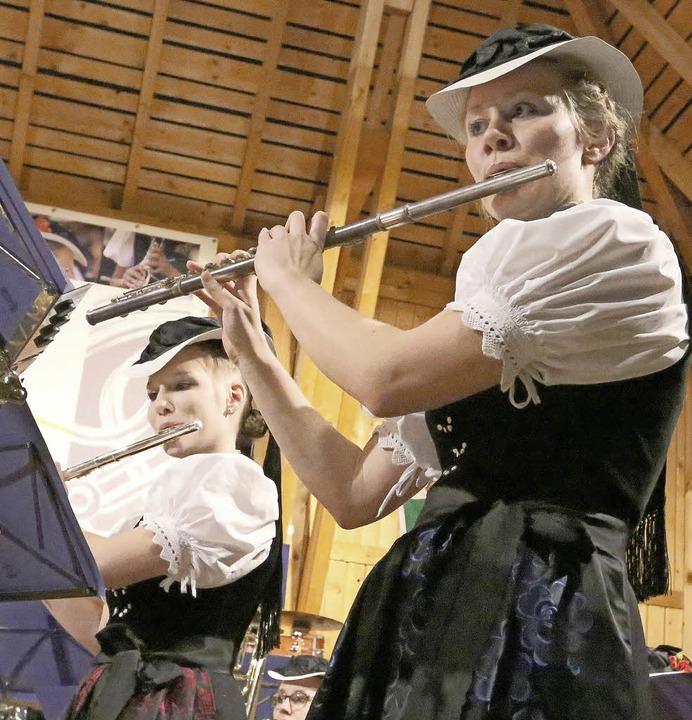 "Lea Mark und Hannah Löffler glänzten b...im Stück ""Celtic Flutes"".   | Foto: H. Fehrenbach"