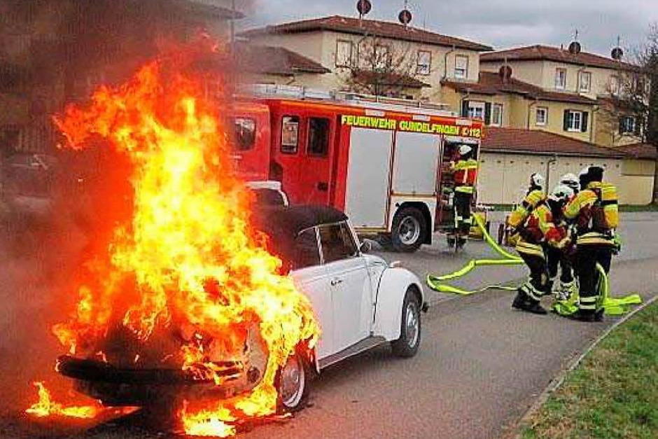 Wegen eines   technischen Defekts gerät ein VW-Käfer in Gundelfingen in Flammen und muss von der Feuerwehr gelöscht werden. (Foto: Feuerwehr )