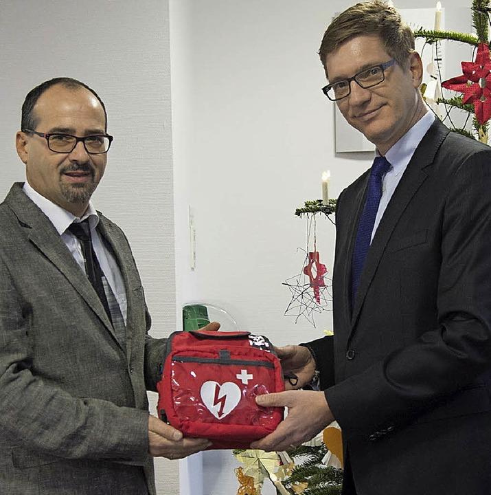 Einen Defibrillator übergibt  Joachim ... Christoph Greiner von der Volksbank.     Foto: Münch