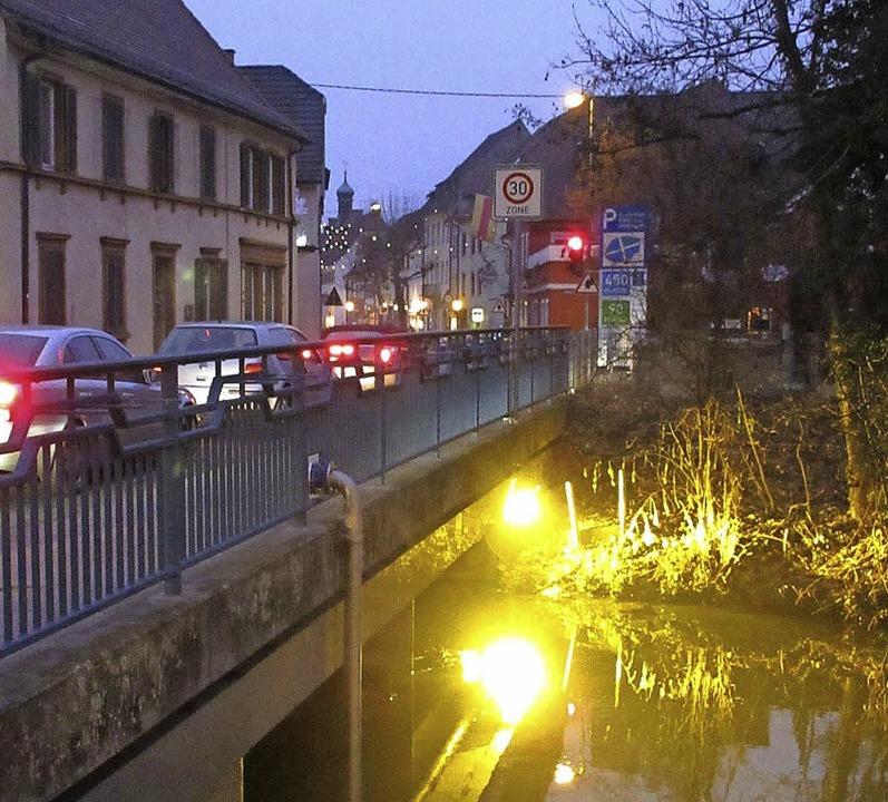 BESCHAULICHE Ruhe neben hektischer Bet...enommen an der Elzbrücke in Kenzingen.    Foto: Reiner Merz