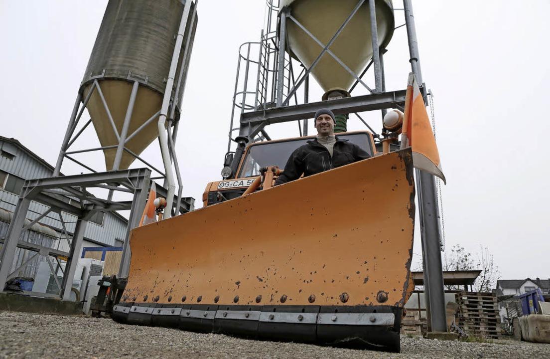 Der Friesenheimer Bauhofleiter Bernhard Hertweck mit einem  Schneeräumfahrzeug      Foto: Christoph Breithaupt