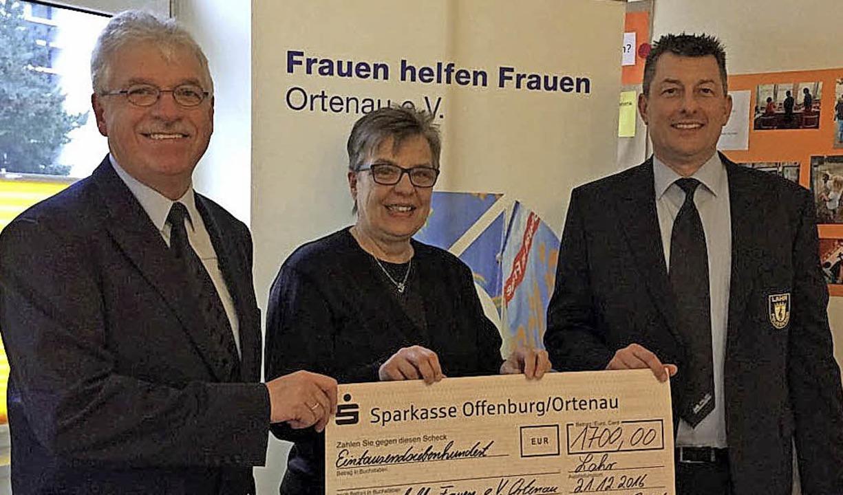 Scheckübergabe in Offenburg (von links...n,  und Guido Haffner vom Polizeichor     Foto: privat