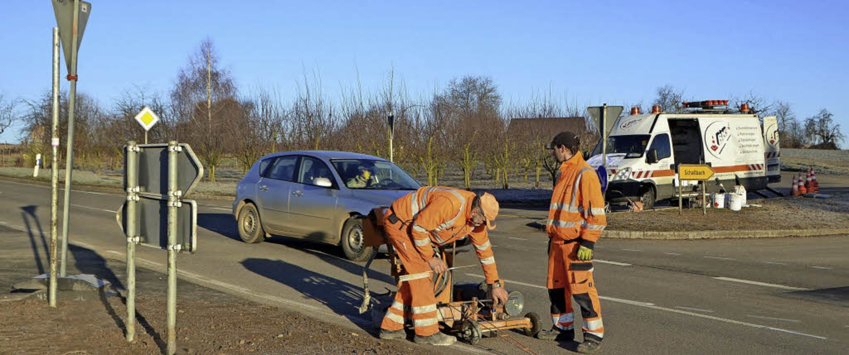 Sorgten für Klarheit: Mitarbeiter der ...Umgestaltung der Kreuzung anzupassen.   | Foto: Markus Maier