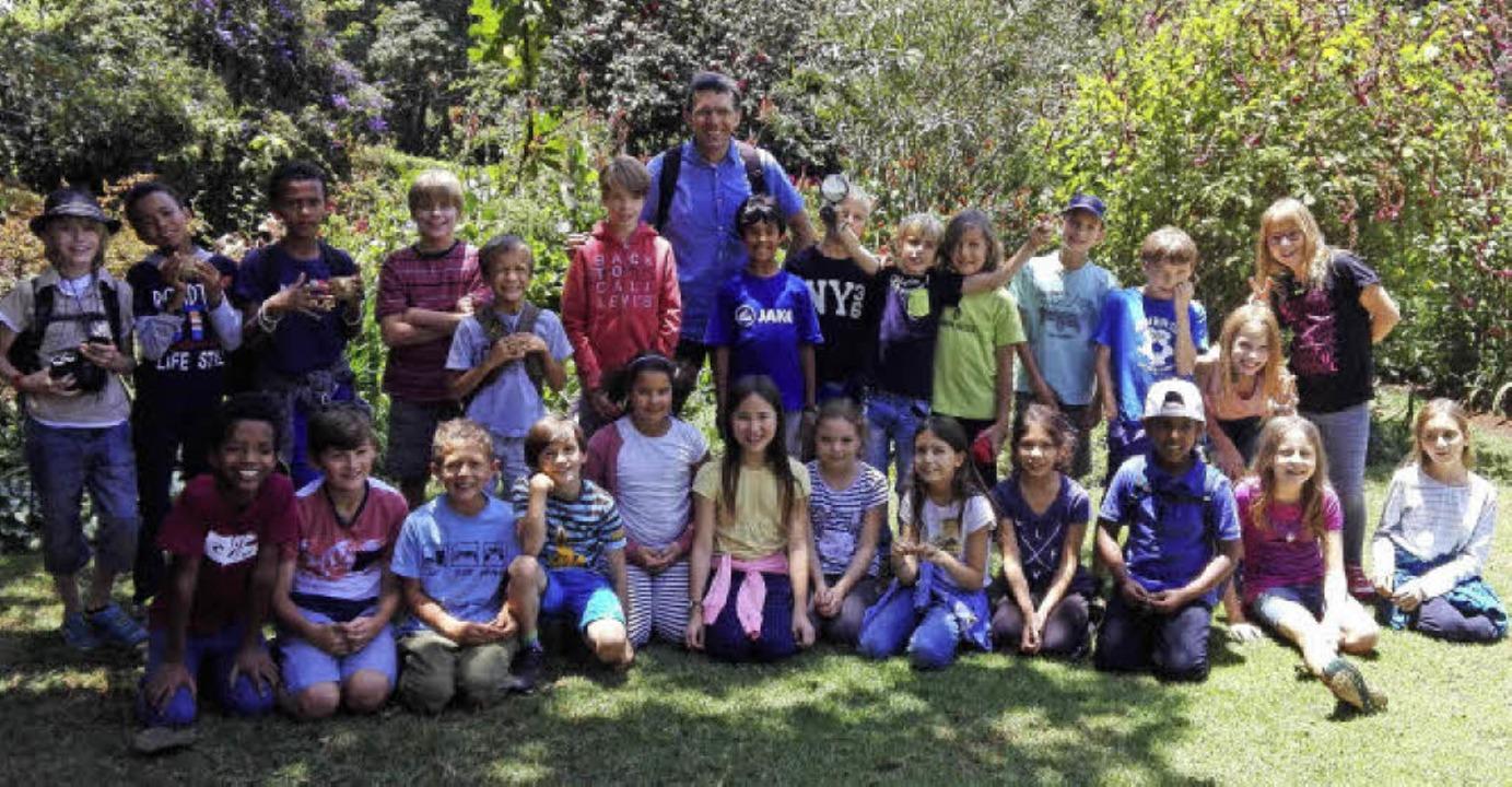Der Leiter der deutschen Grundschule in Nairobi im Kreis seiner Schüler     Foto: Privat