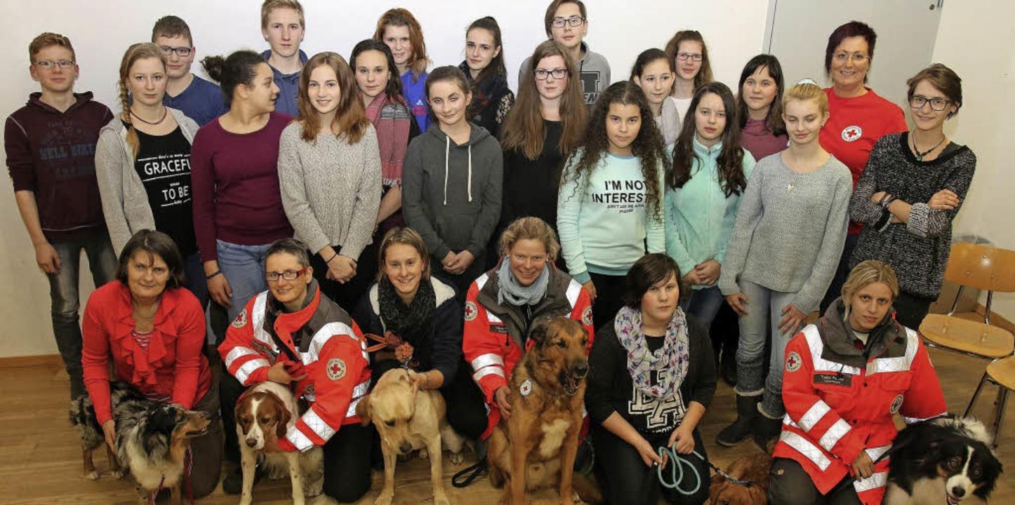 Die Schüler und Schülerinnen mit der DRK-Rettungshundestaffel     Foto: Privat