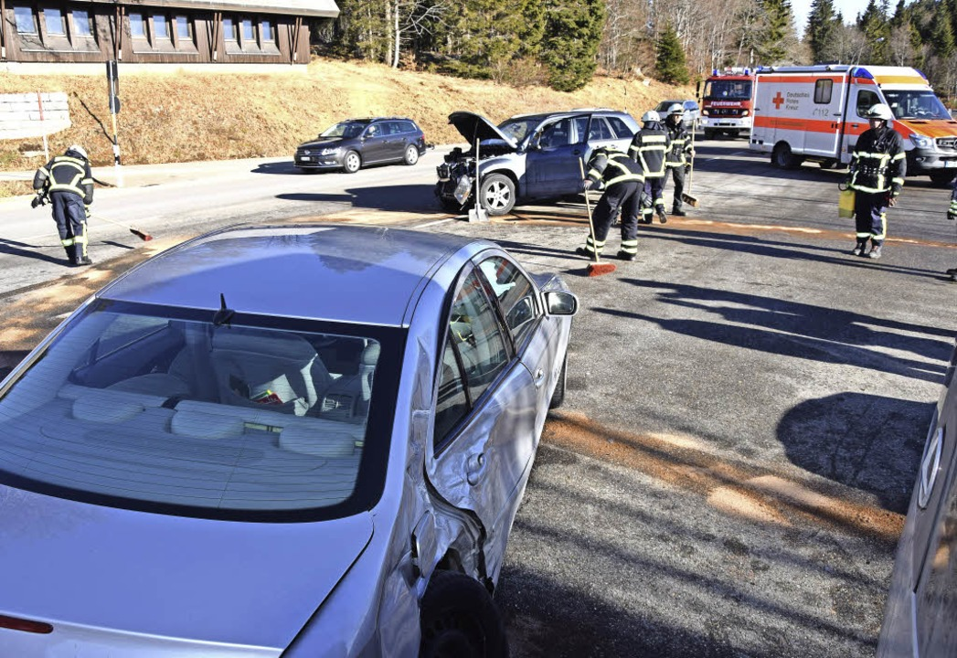 Die Feuerwehr Feldberg säuberte die B3... und las herumliegende Autoteile auf.   | Foto: M. Ganz