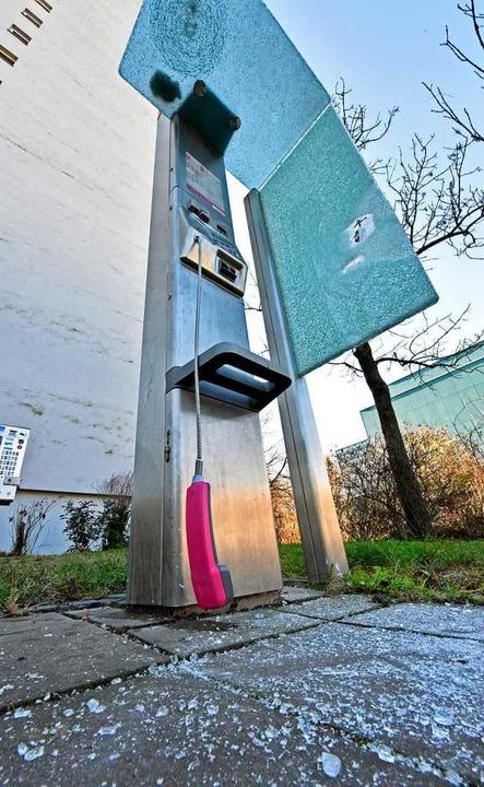 Die Täter beschädigten auch eine Telefonzelle.  | Foto: Michael Bamberger