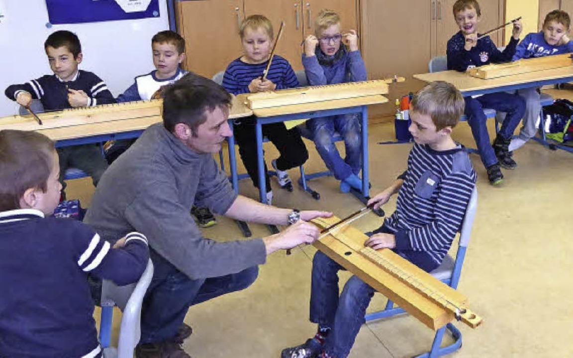 Magnus Cordes-Schmid erklärt, wie man  Tischgeige spielt.   | Foto: Stellmach