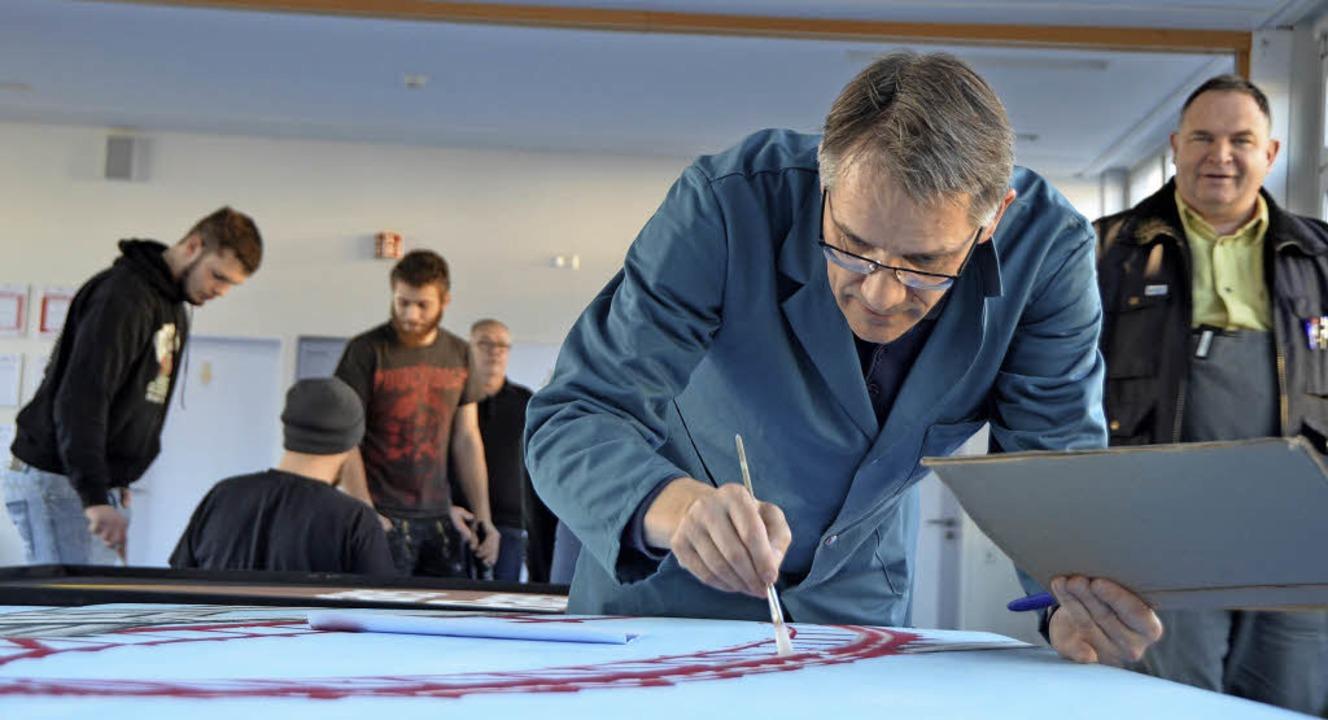 Thomas Schwab überträgt eine Szenenskizze ins ganz große Format.     Foto: Ralf H. Dorweiler