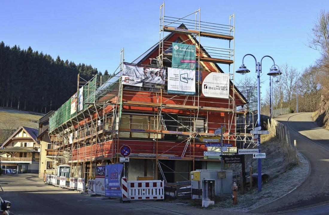 Noch ist es von Baugerüsten zur Anbrin...sten Quartals 2017 bezugsfertig sein.     Foto: Nikolaus  Bayer