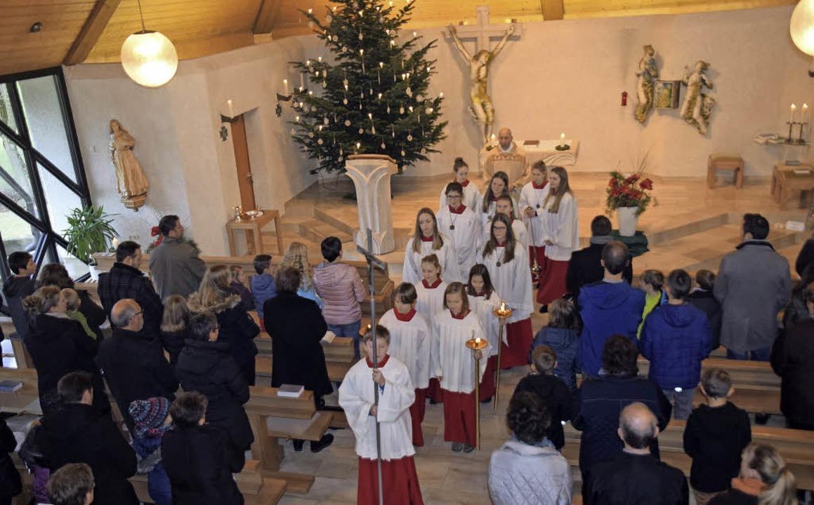 Pfarrer Heinz Vogel mit Ministranten beim Auszug aus St. Martin     Foto: hbl