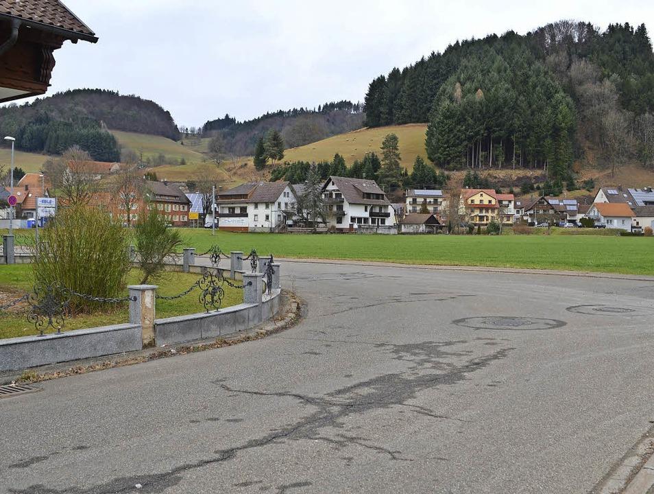 Die Grünfläche, auf der das Anschlusso...nacker I (Vordergrund) weitergeführt.   | Foto: Bayer