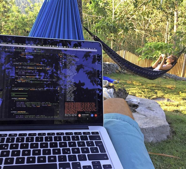 Im Blick den Laptop und Freundin Sara    Foto: Privat
