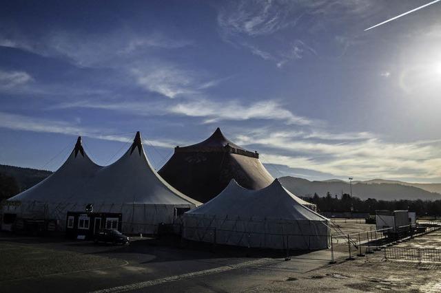 Blauer Winterhimmel über dem Zirkuszelt