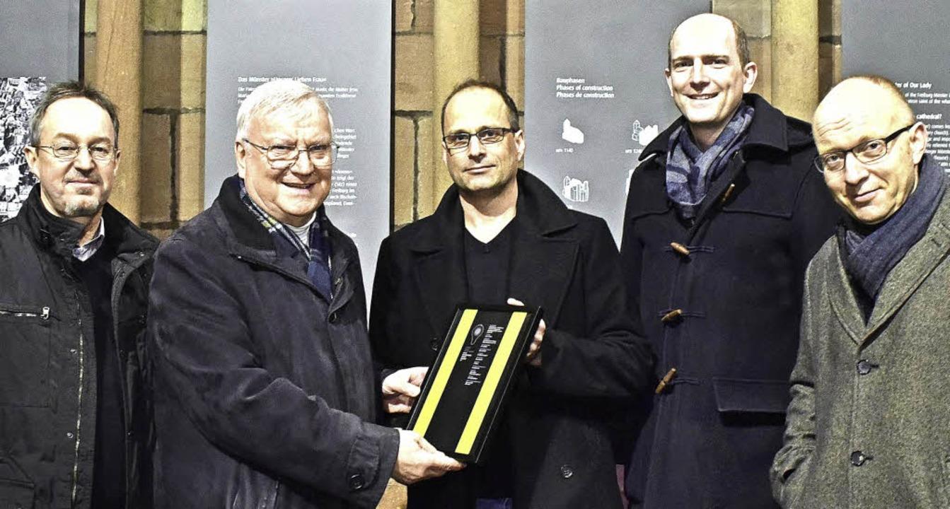 Von links: Anton Bauhofer (Erzbischöfl...211; bei der Überreichung der Urkunde.    Foto: Thomas Kunz