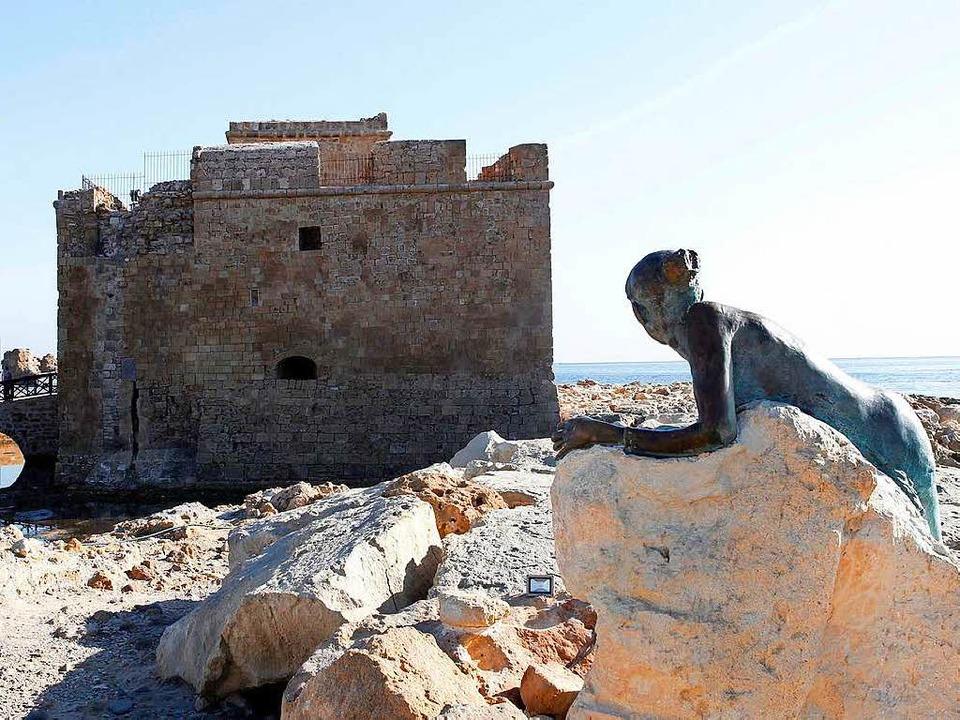 Das Kastell von Phaos mit der Statue d...an der südwestlichste Spitze Zyperns.     Foto: dpa