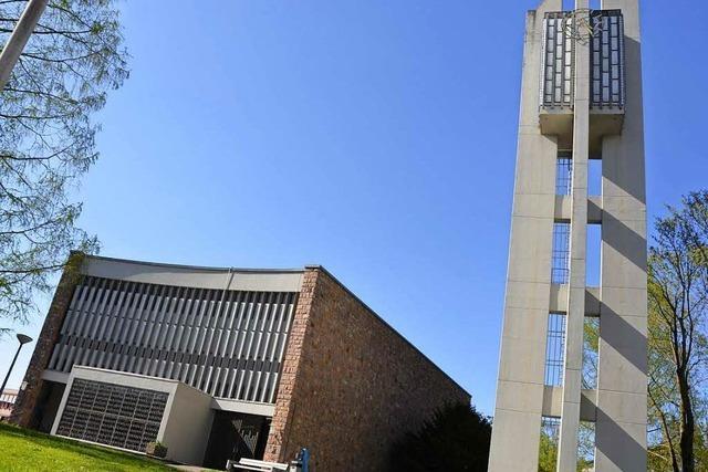 Notausgang von Heilig-Kreuz-Kirche mit Wackersteinen eingeschlagen