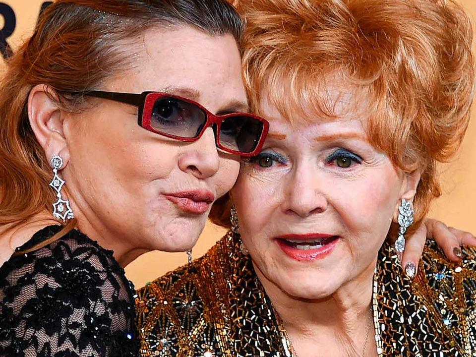 Carrie Fisher (links) starb am Diensta...re Mutter Debbie Reynolds am Mittwoch.    Foto: AFP