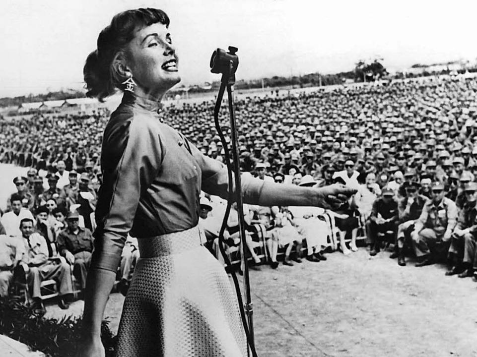 Debbie Reynolds bei einem Auftritt 1955 vor US-Soldaten in Taipeh.    Foto: dpa