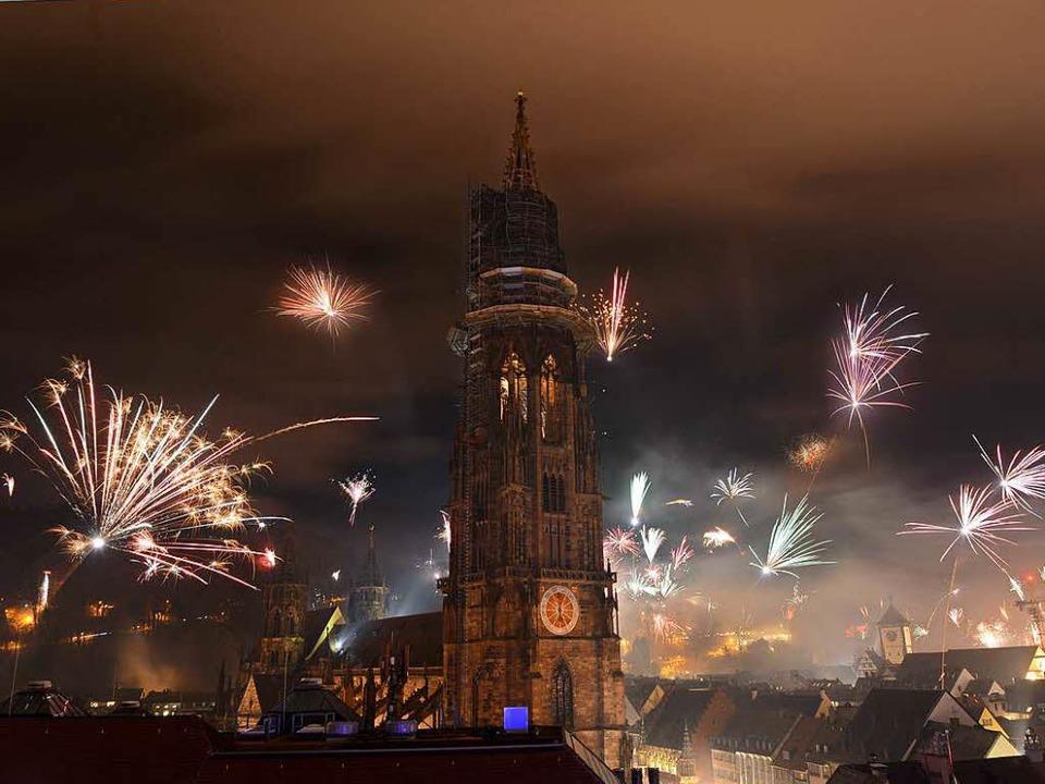 Feuerwerk in Freiburg – am Münst...e Knaller und Raketen gezündet werden.    Foto: Rita Eggstein