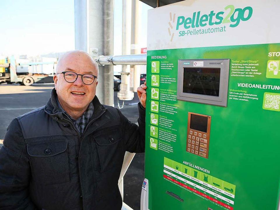 Harald Günther setzt auf seinen neuen Pellet-Automaten.  | Foto: Christoph Breithaupt