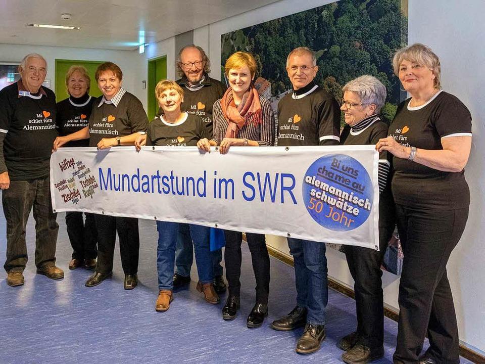 Stefanie Schneider (Mitte), Direktorin...r Muettersproch-Gsellschaft entgegen.   | Foto: Ari Nahor