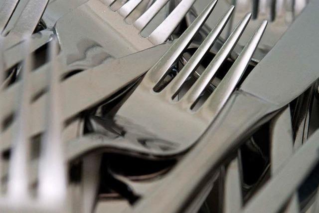 Köchin rastet aus, weil Mann und Sohn nicht rechtzeitig Zuhause sind