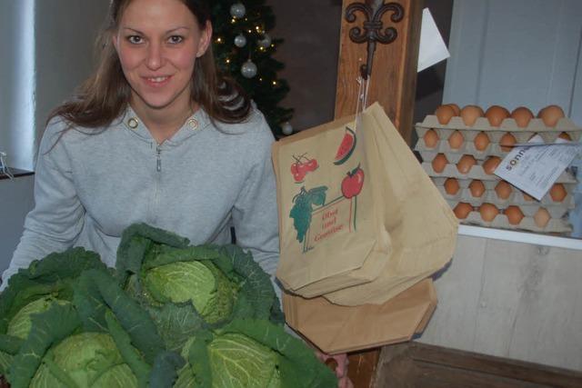 Junge Gärtnerin eröffnet einen Tante-Emma-Laden
