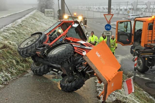 Ironie des Schicksals: Streufahrzeug kippt wegen Glätte um