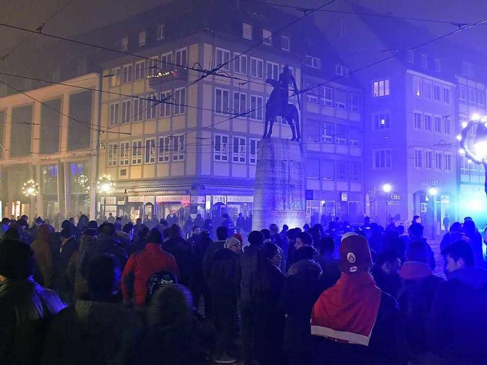 Am Bertoldsbrunnen musste die Polizei zwischenzeitlich eingreifen.  | Foto: Michael Bamberger