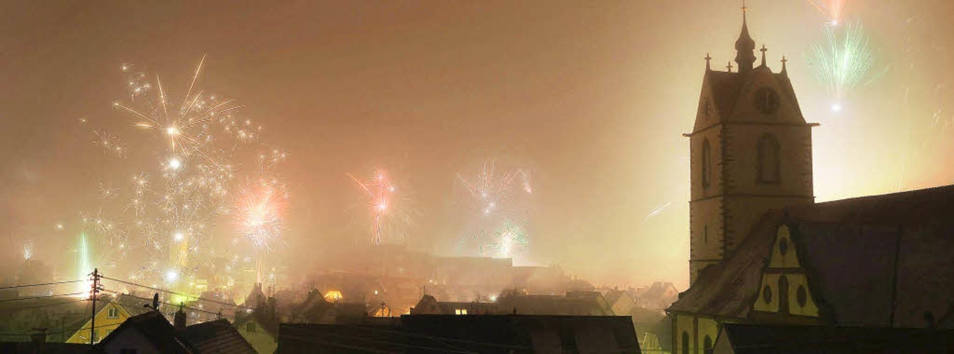 Endingen. Am Nachthimmel  sehen die Silvesterraketen gut aus.  | Foto: Roland Vitt