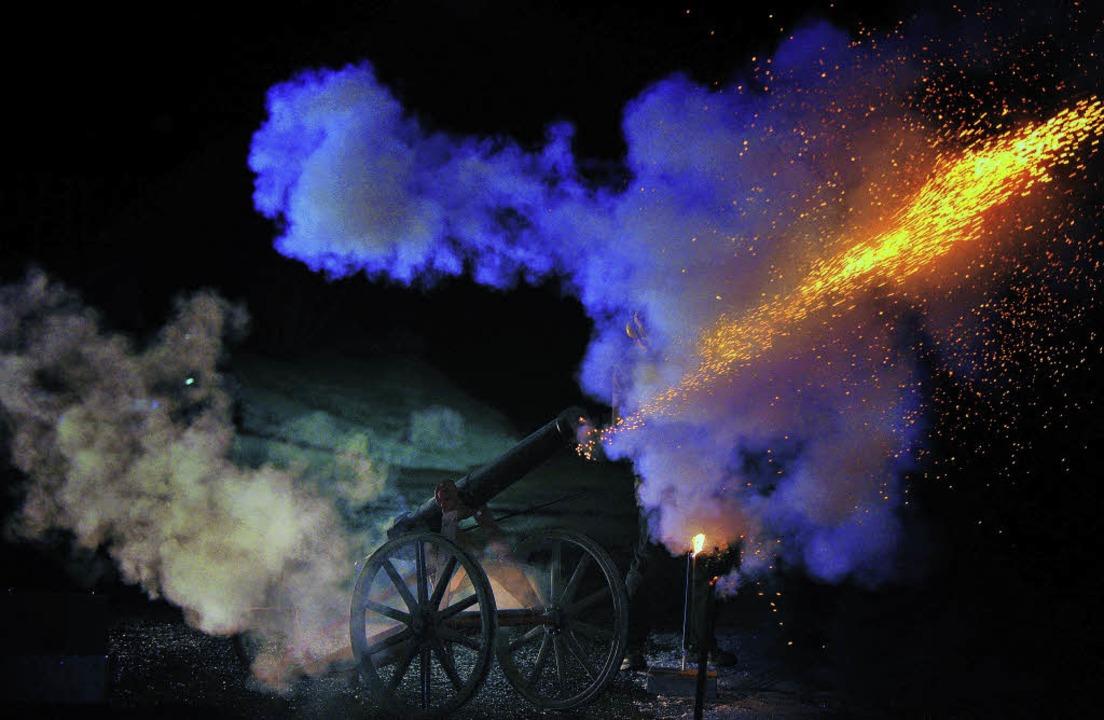 Hubert Haury begrüßte das neue Jahr Pu...r restaurierten  Gündelwanger Kanone.     Foto: Wolfgang Scheu
